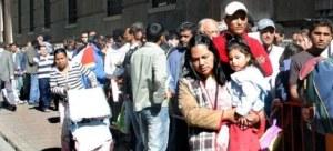 Inmigrantes haciendo cola para solicitar papeles
